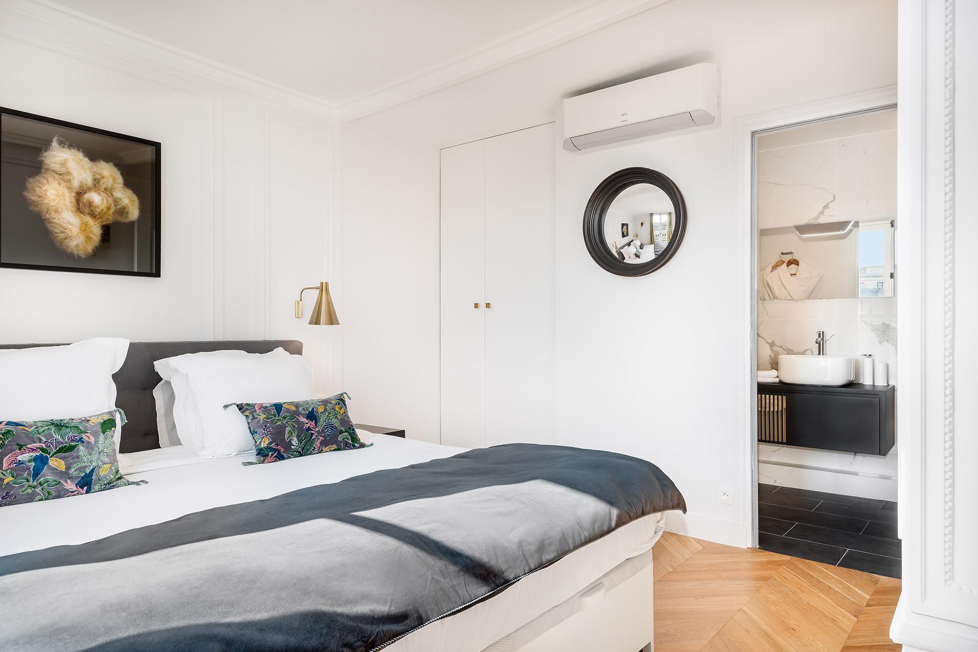 En suite bathroom 2 in the Chevalier vacation rental by Paris Perfect