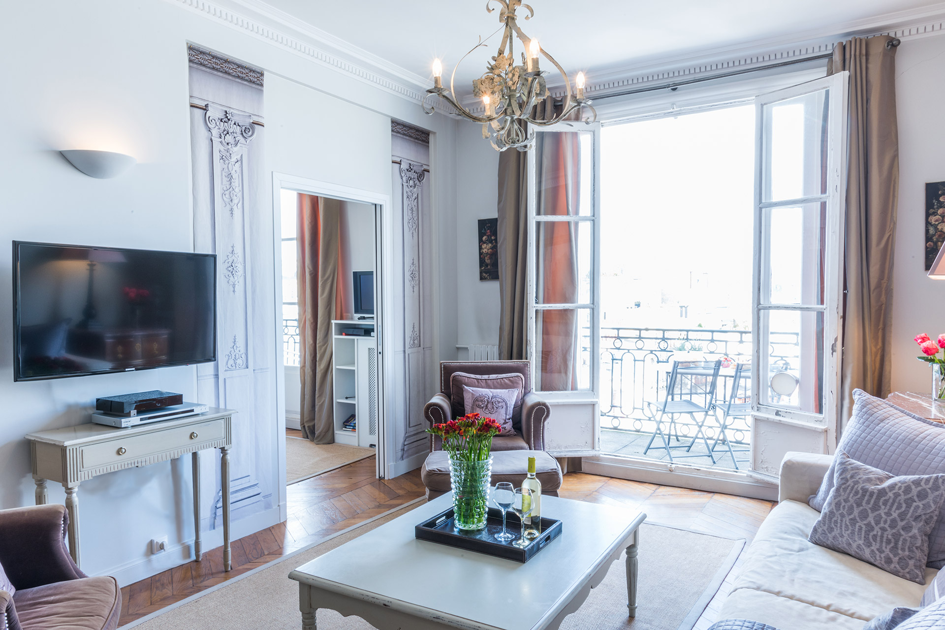 TV in the living room of the Cognac vacation rental offered by Paris Perfect