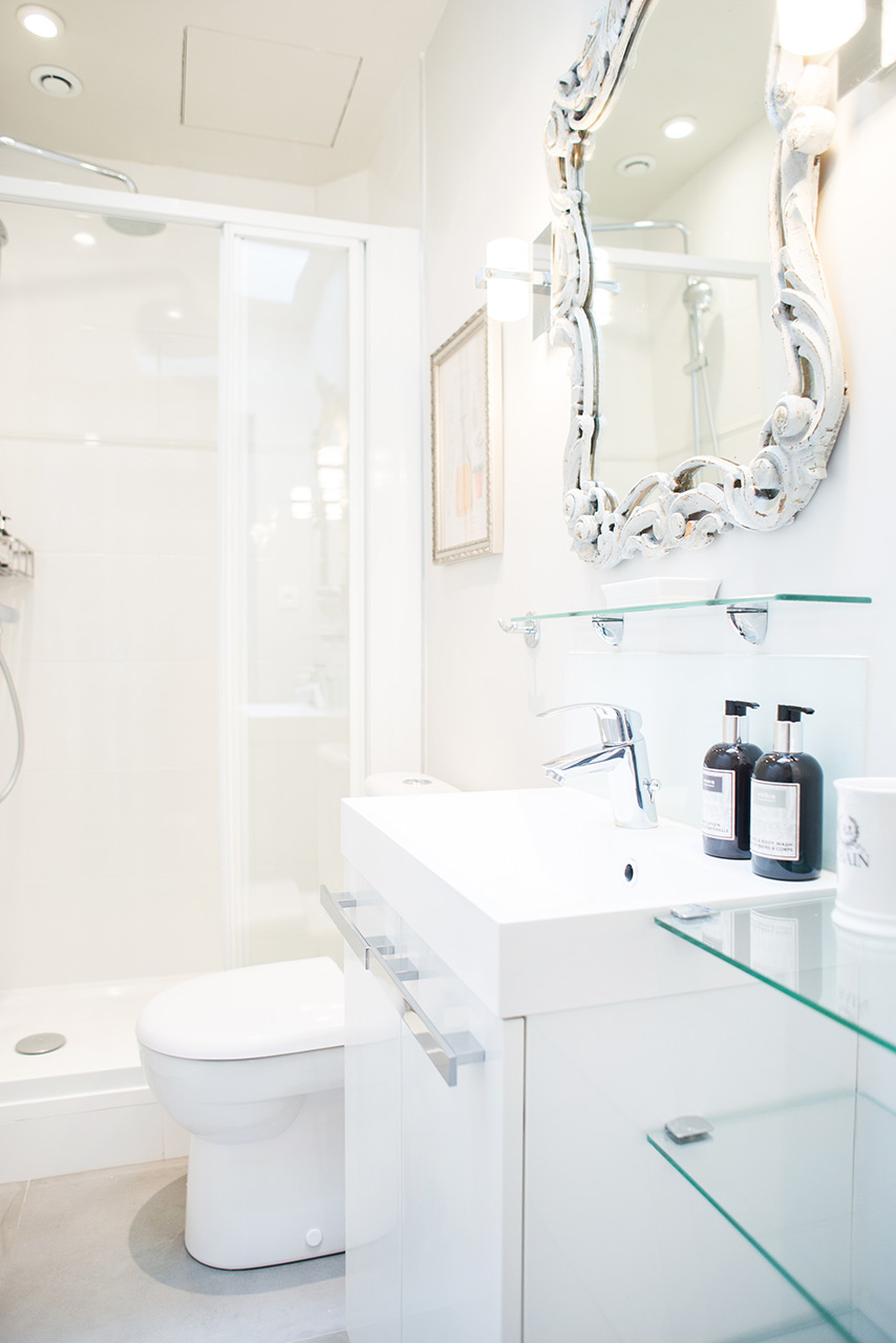 Clean and modern bathroom in the Cremant Paris Perfect rental