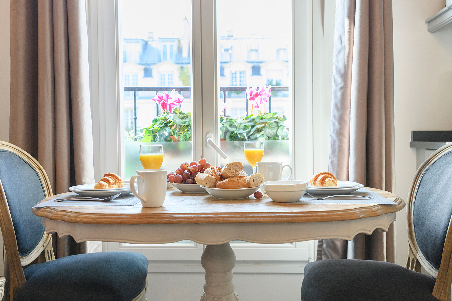 Enjoy a cozy breakfast at home in the Cremant Paris Perfect rental