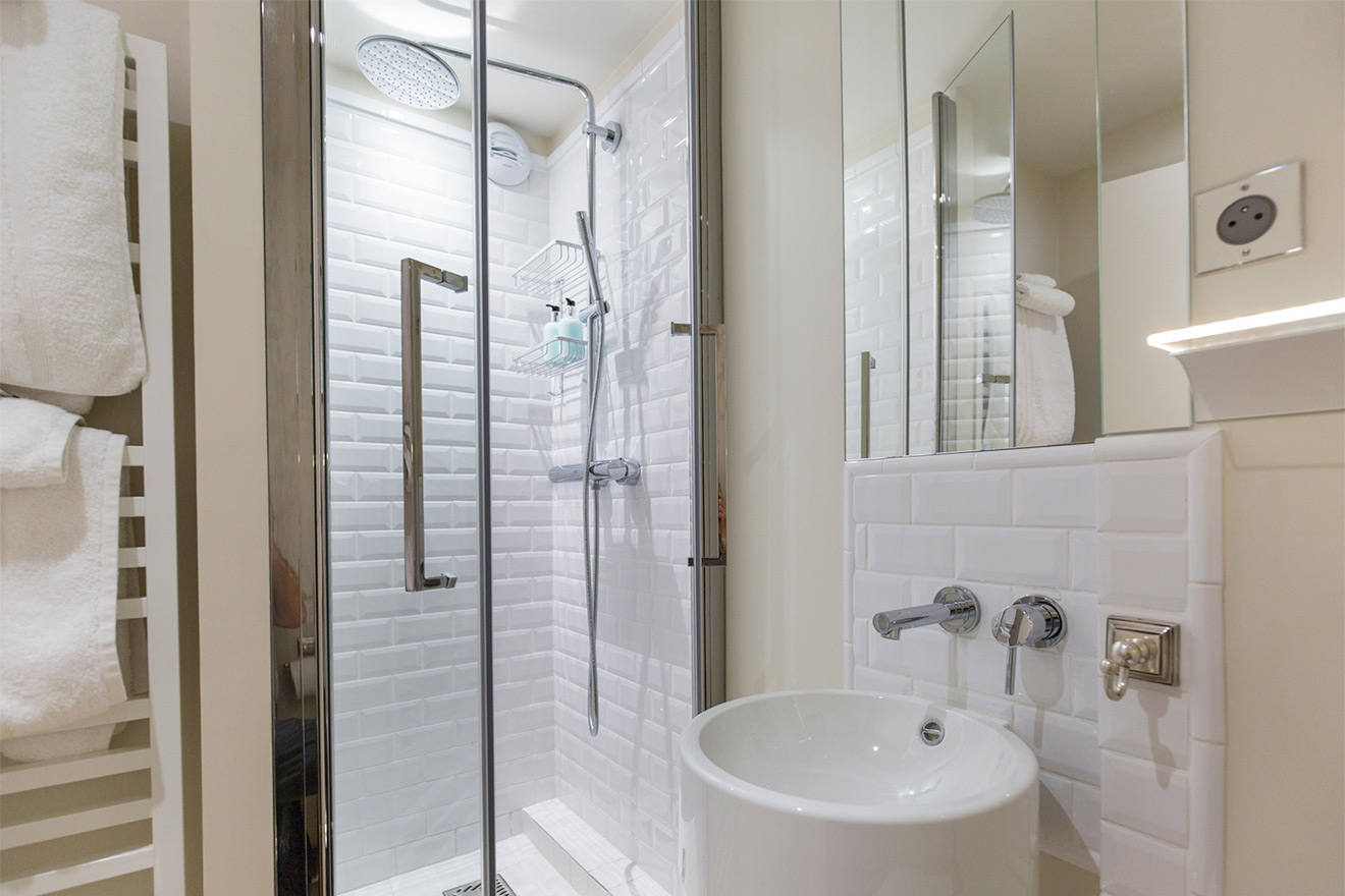 Bathroom with shower, basin and toilet in the Monbazillac vacation rental offered by Paris Perfect