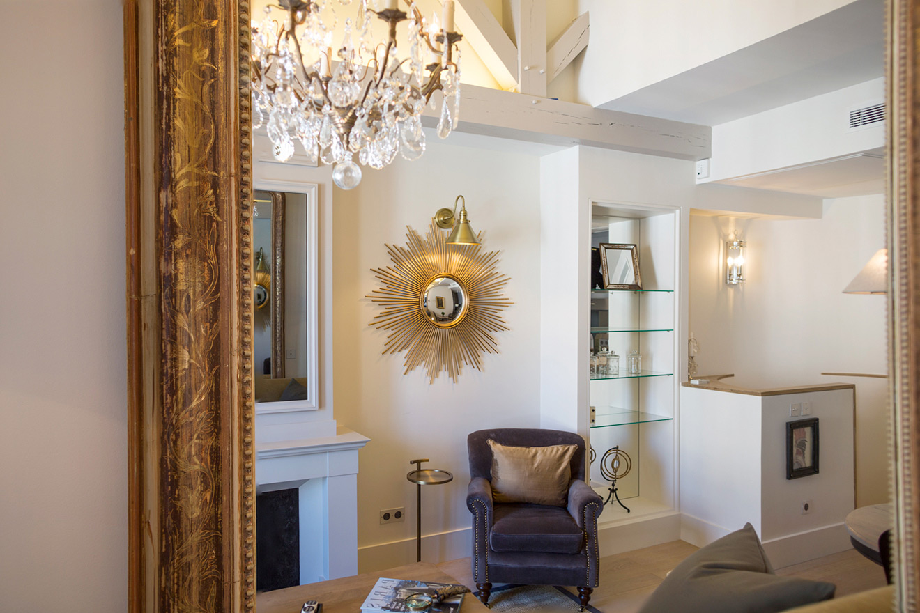 Large mirror in the living room of the Monbazillac vacation rental offered by Paris Perfect