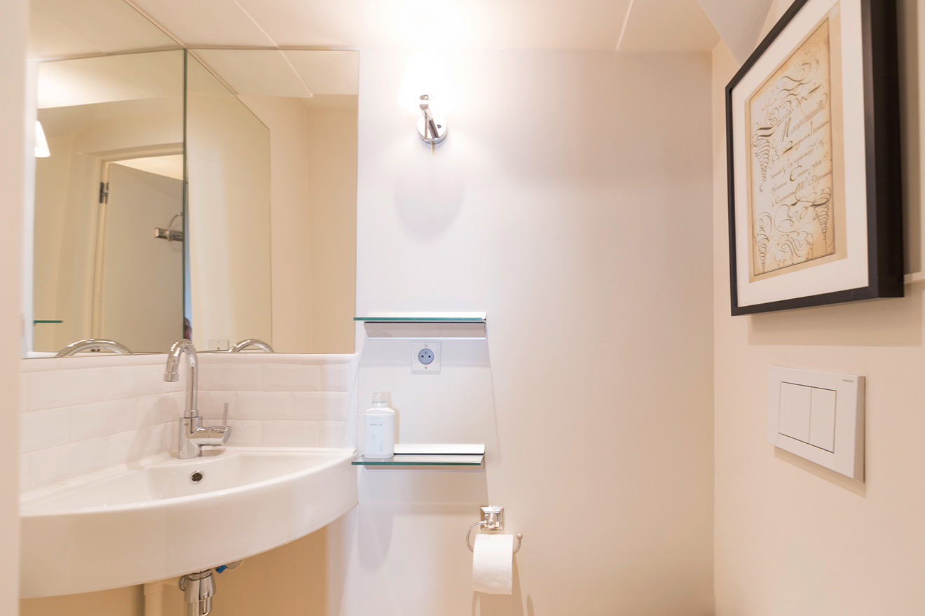 Separate powder room in the Monbazillac vacation rental offered by Paris Perfect