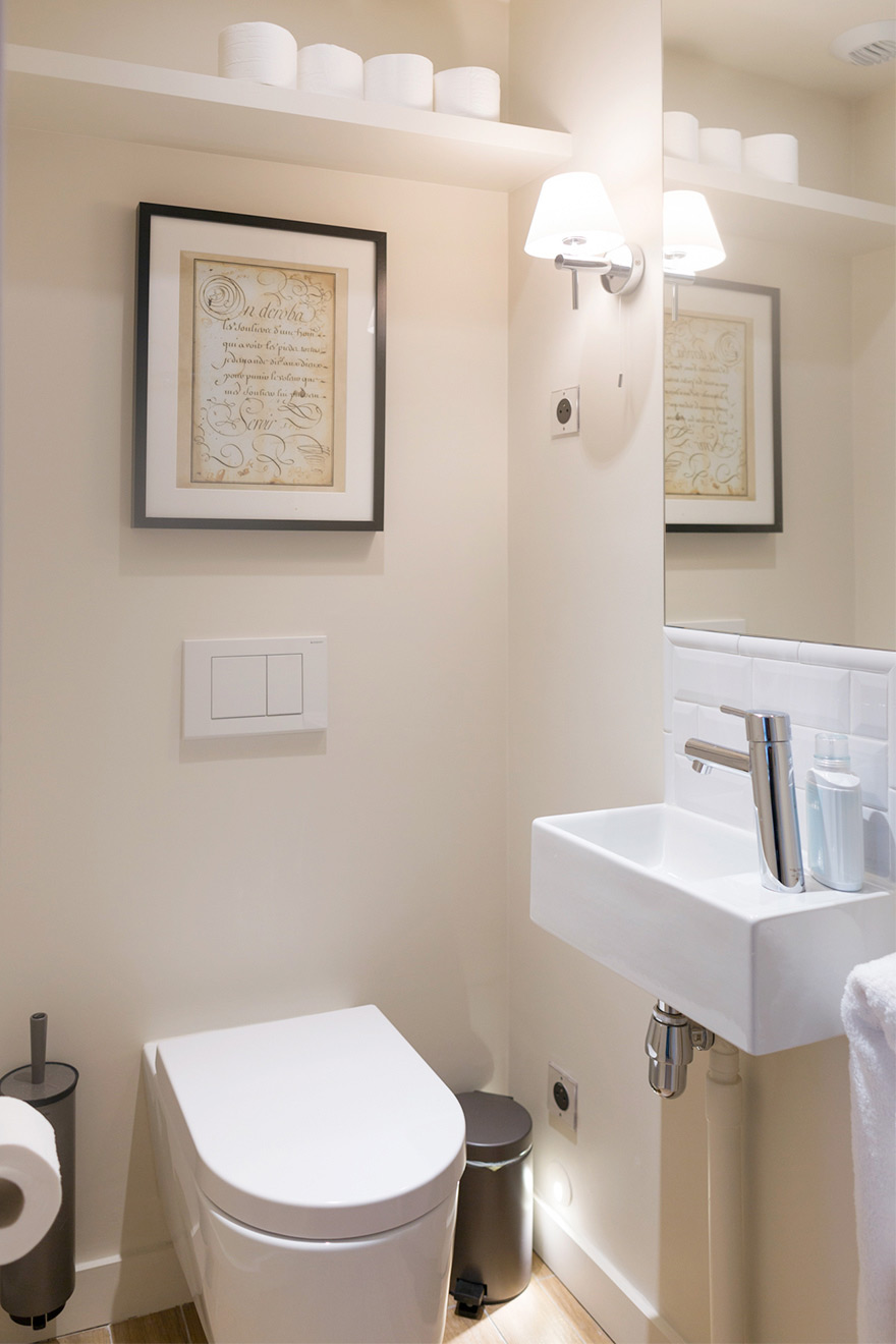 Separate half bath in the Savennières vacation rental offered by Paris Perfect