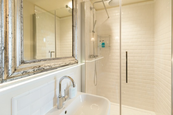 Shower in the Muscat vacation rental offered by Paris Perfect