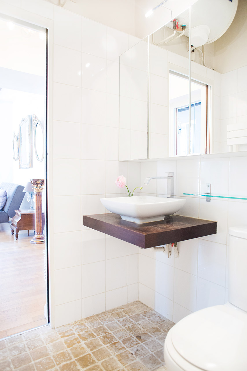 Modern bathroom in the Forez vacation rental offered by Paris Perfect