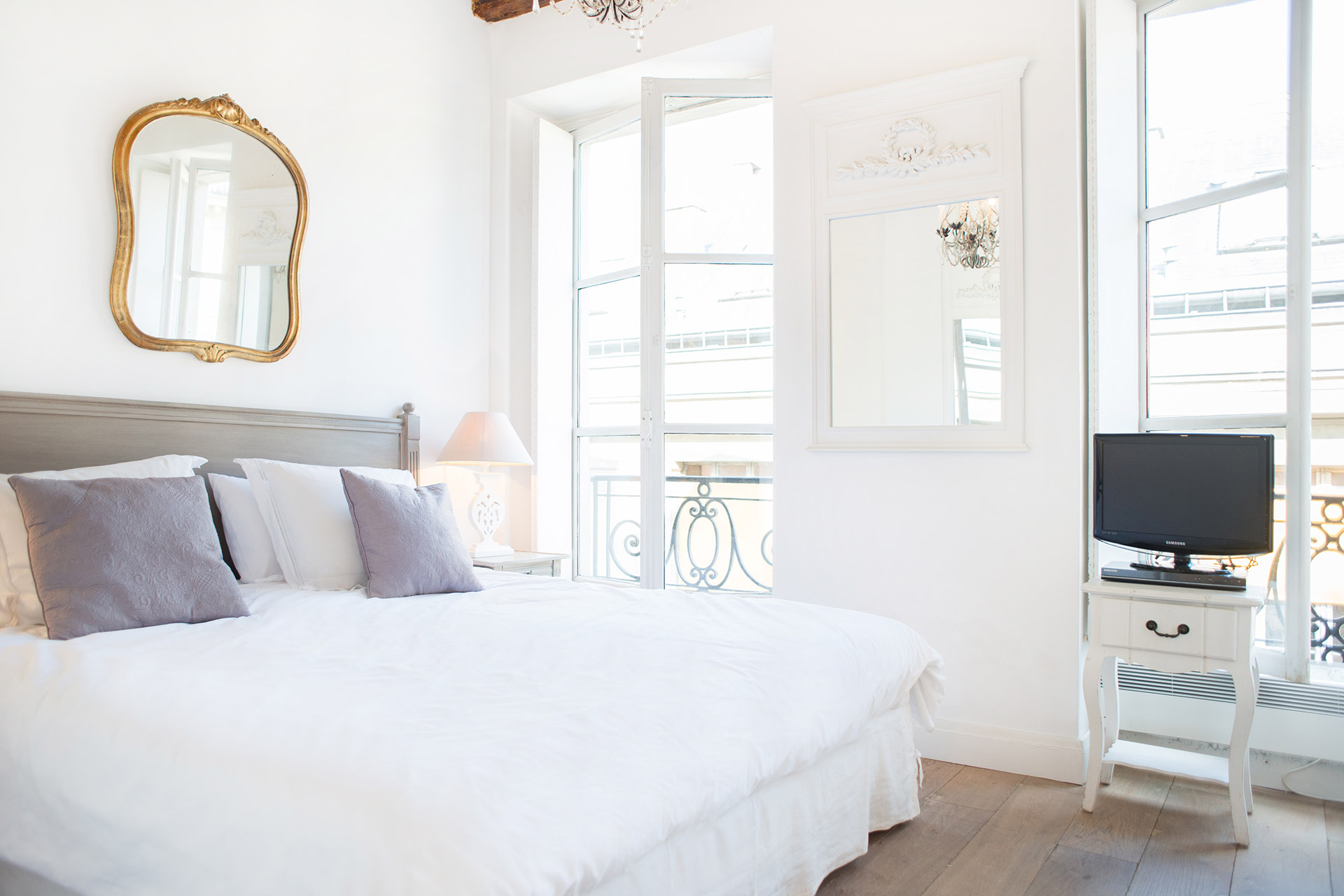 Queen size bed in the Forez vacation rental offered by Paris Perfect
