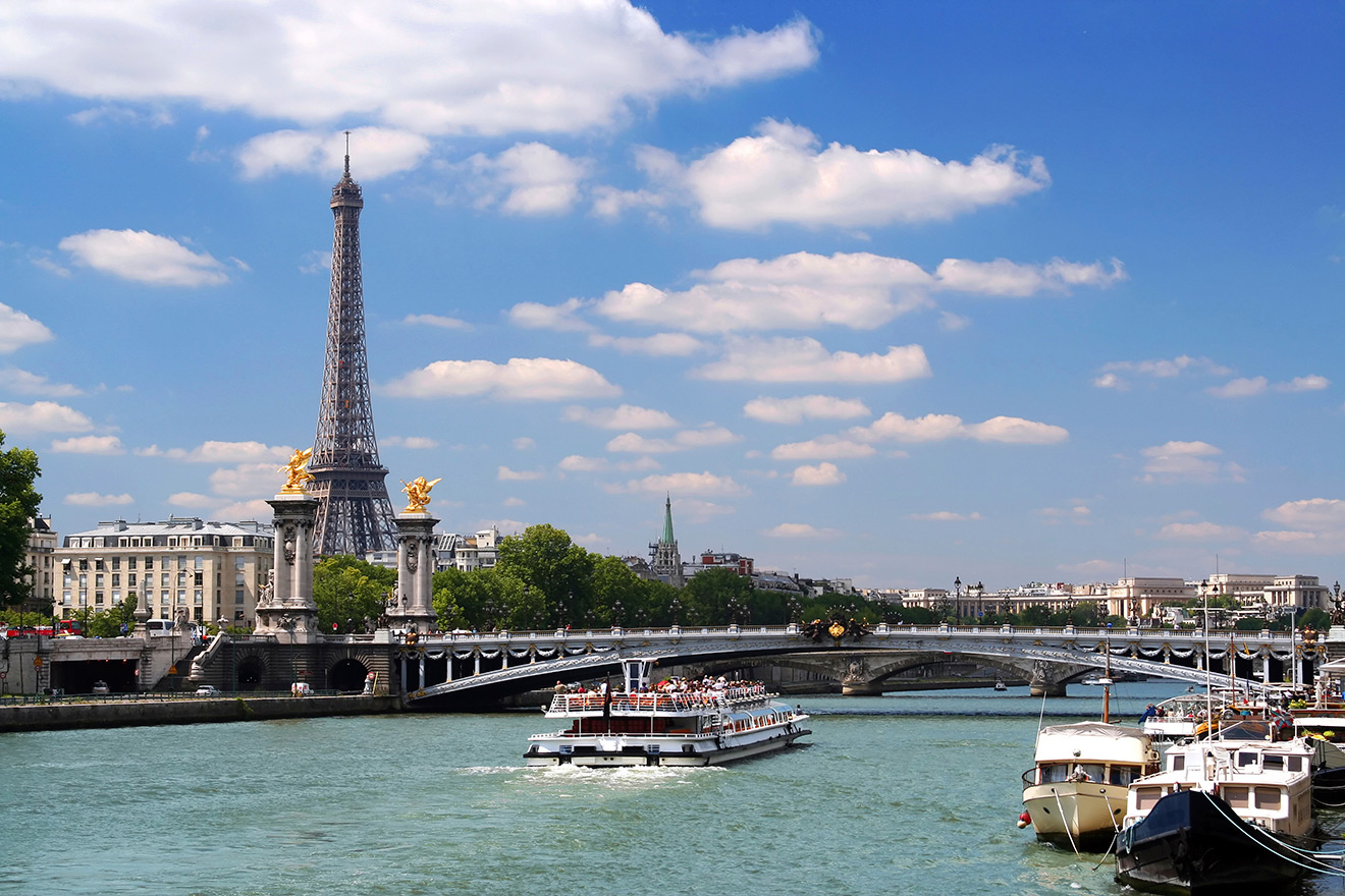Take a Seine river cruise and see famous Paris landmarks