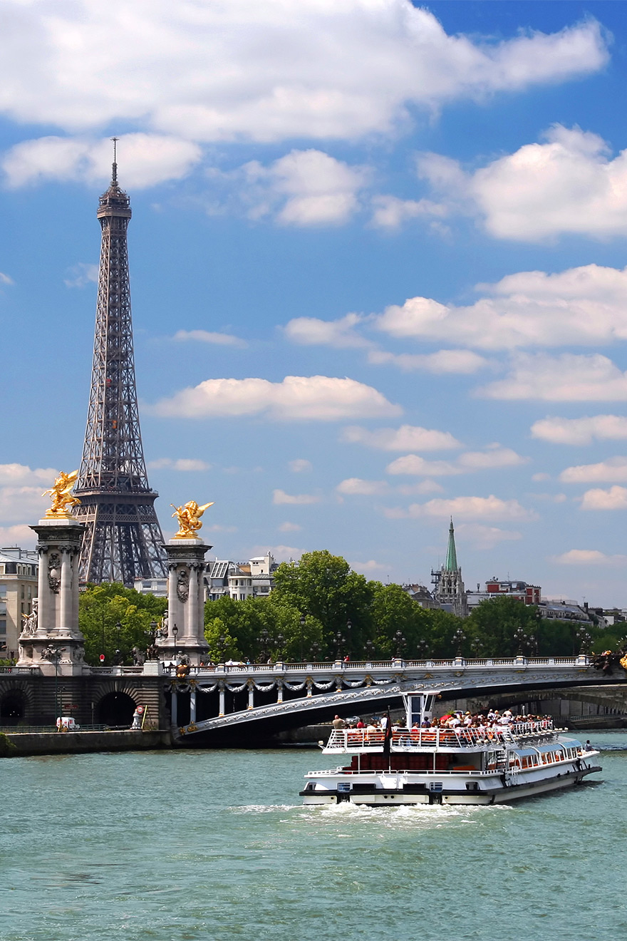 Take a bato boat on the Seine to visit Paris landmarks
