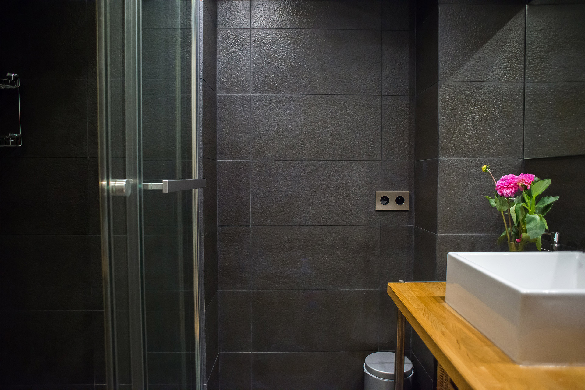 Beautifully renovated en suite bathroom for the second bedroom at the Lascombes vacation rental