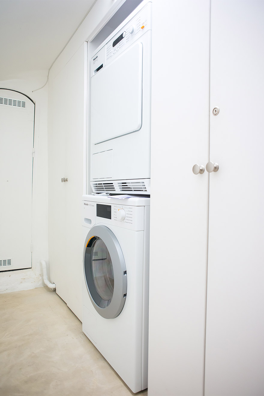 Practical utility room with the washing machine and dryer in the Lascombes Paris Perfect rental