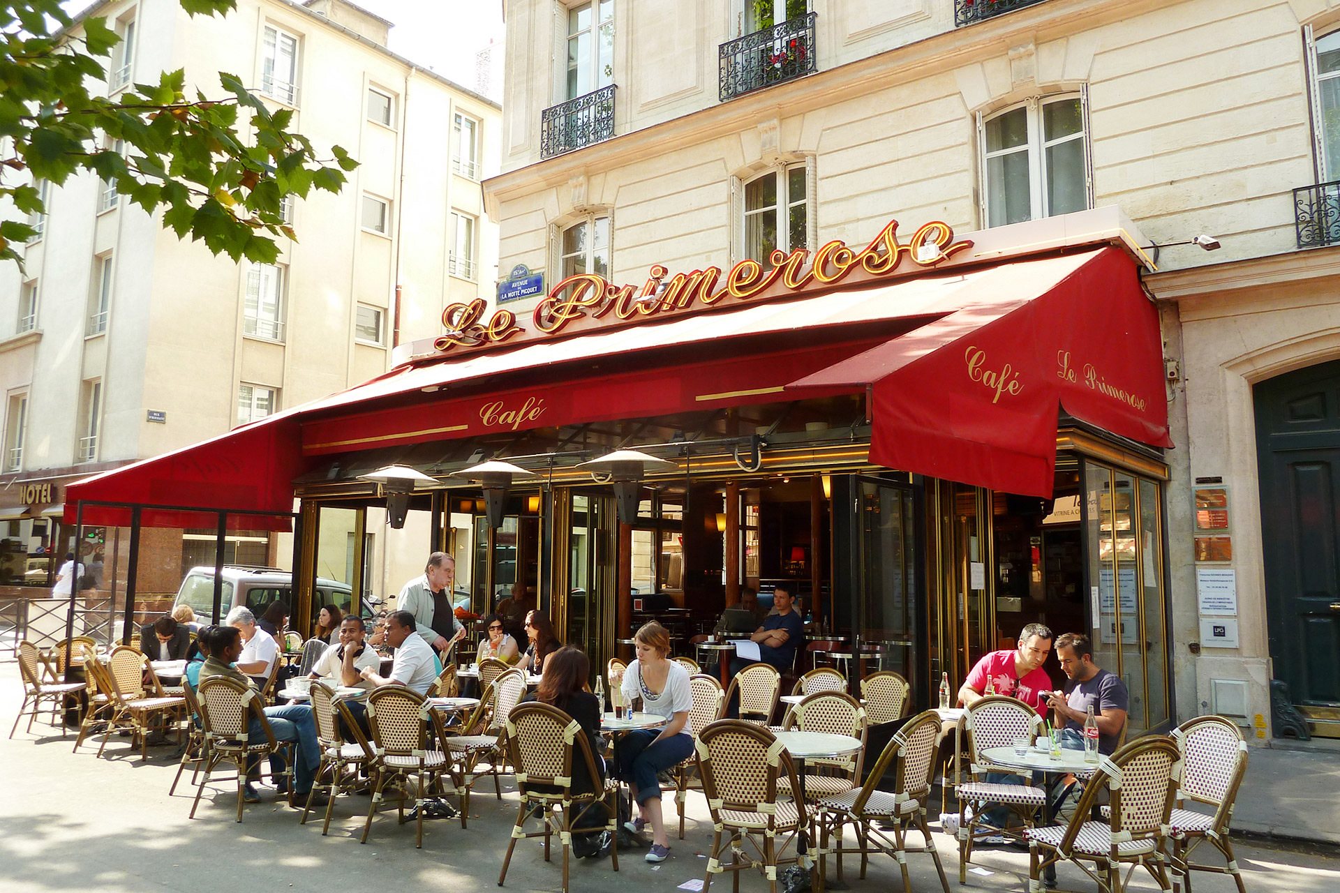Restaurants and cafes in Paris neighborhood