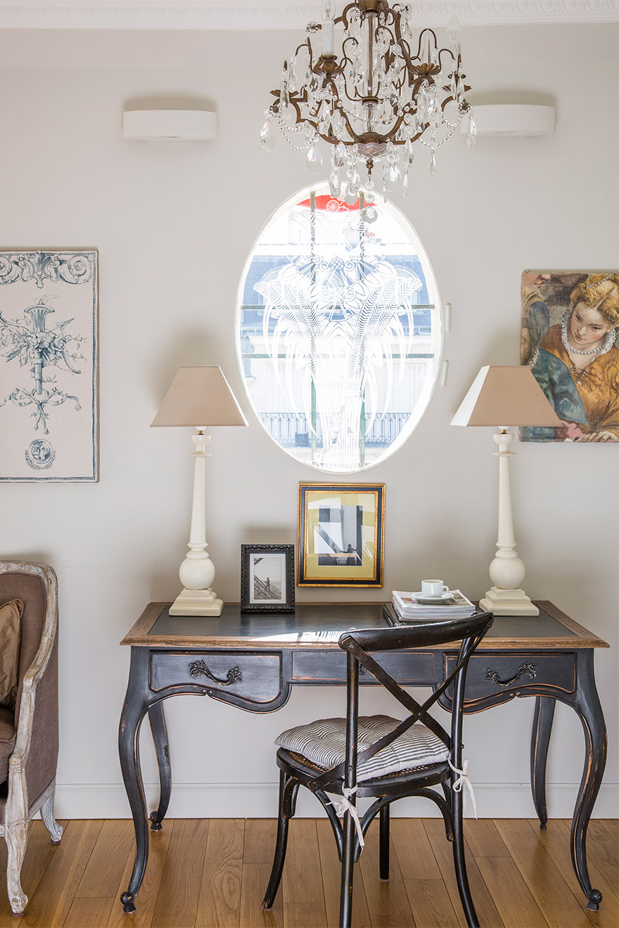 Writing desk in the Margaux vacation rental offered by Paris Perfect