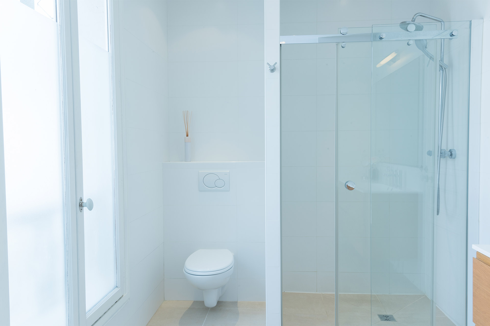 Spacious upstairs bathroom in the Mondeuse vacation rental offered by Paris Perfect