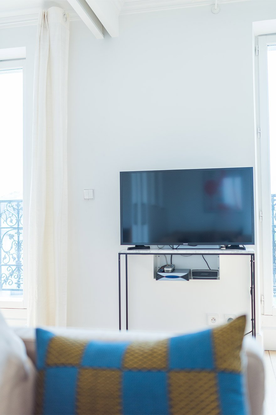 Flat screen TV in the living room of the Mondeuse vacation rental offered by Paris Perfect