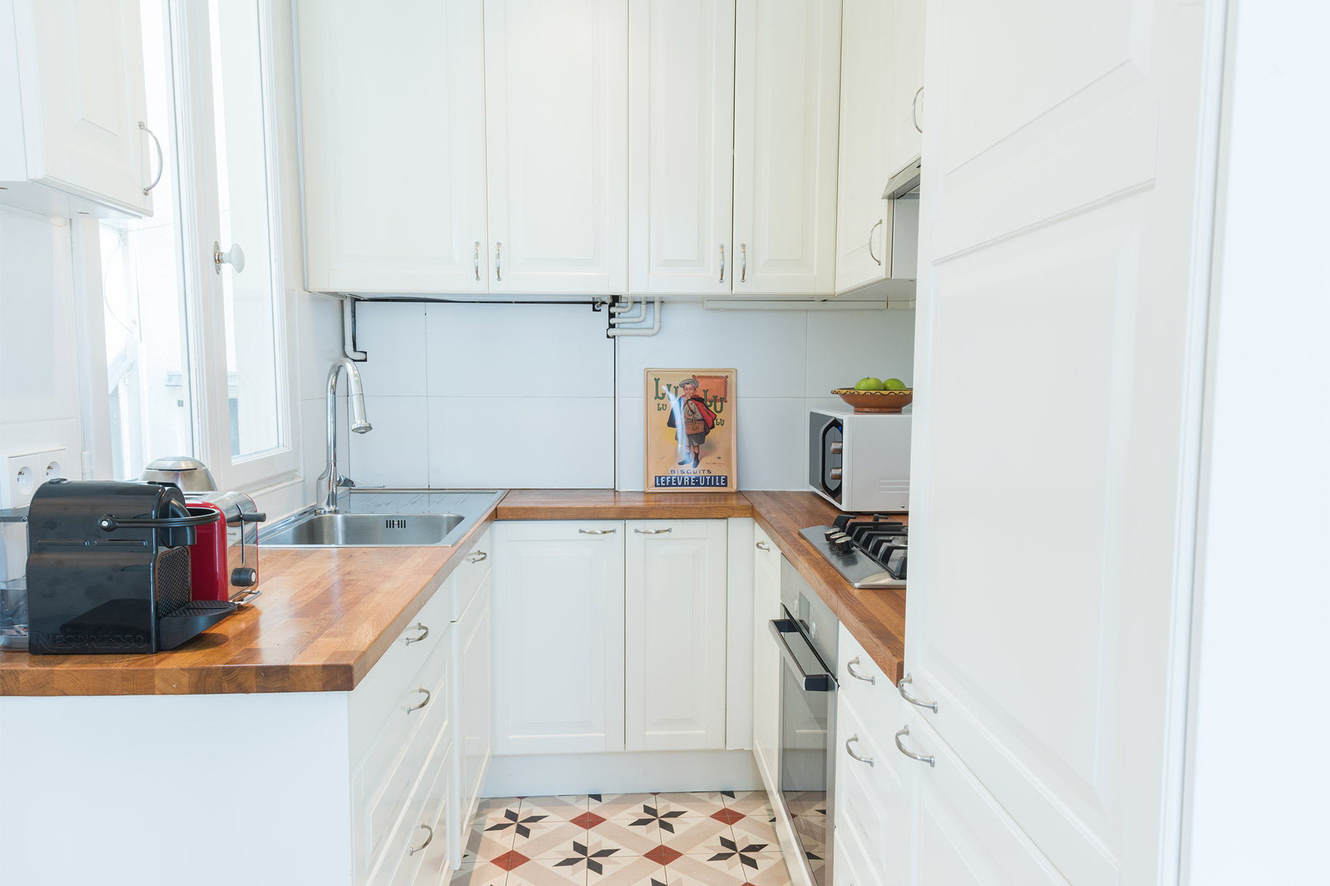 Fully equipped kitchen of the Mondeuse vacation rental offered by Paris Perfect
