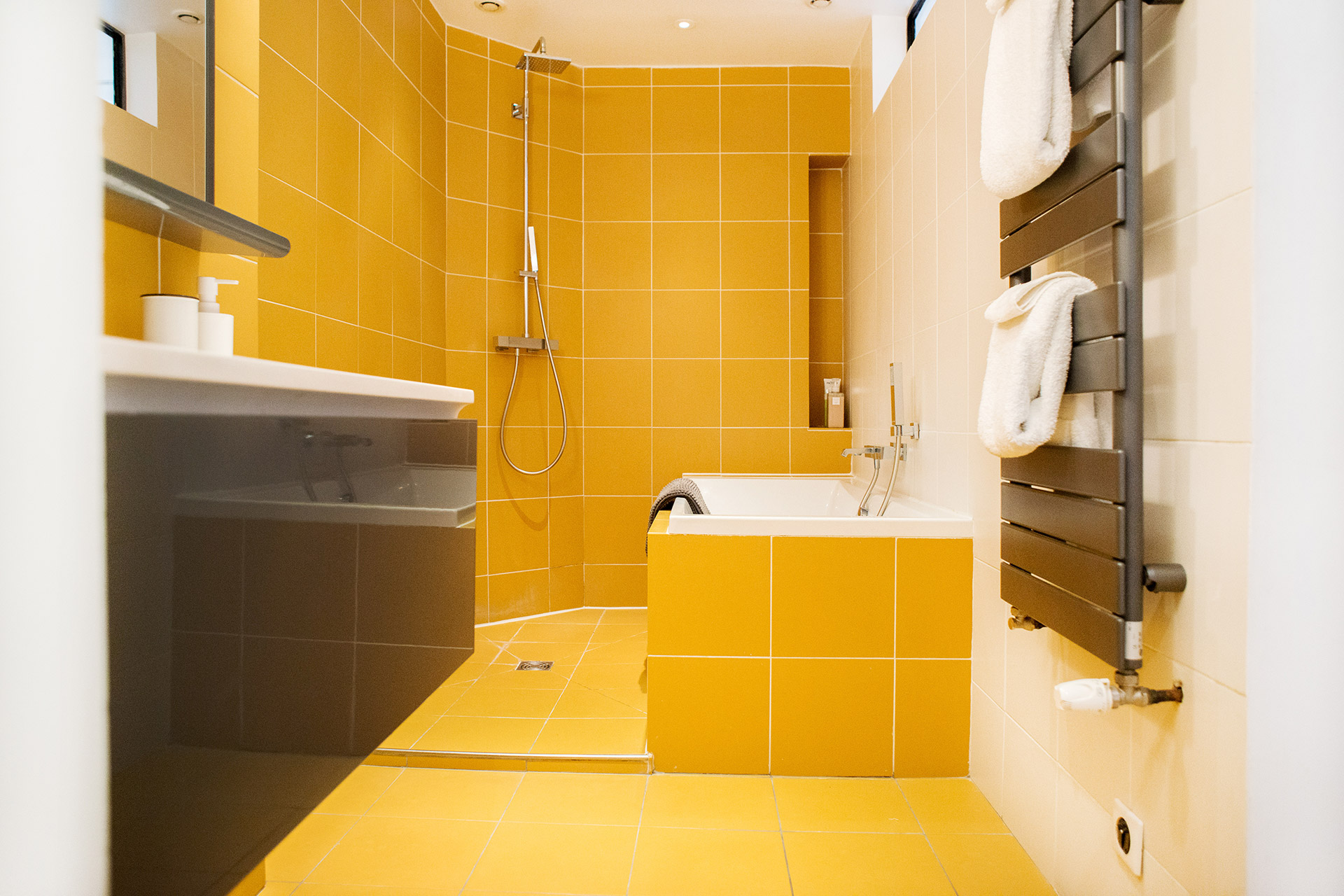 Cool ensuite in bedroom 1 of the Monplaisir vacation rental by Paris Perfect