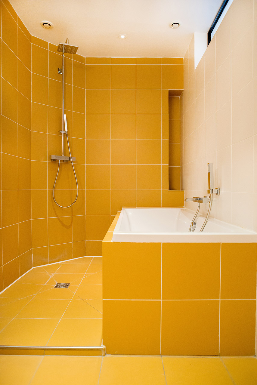 Bathtub and shower in en suite bathroom 1 of the Monplaisir vacation rental by Paris Perfect
