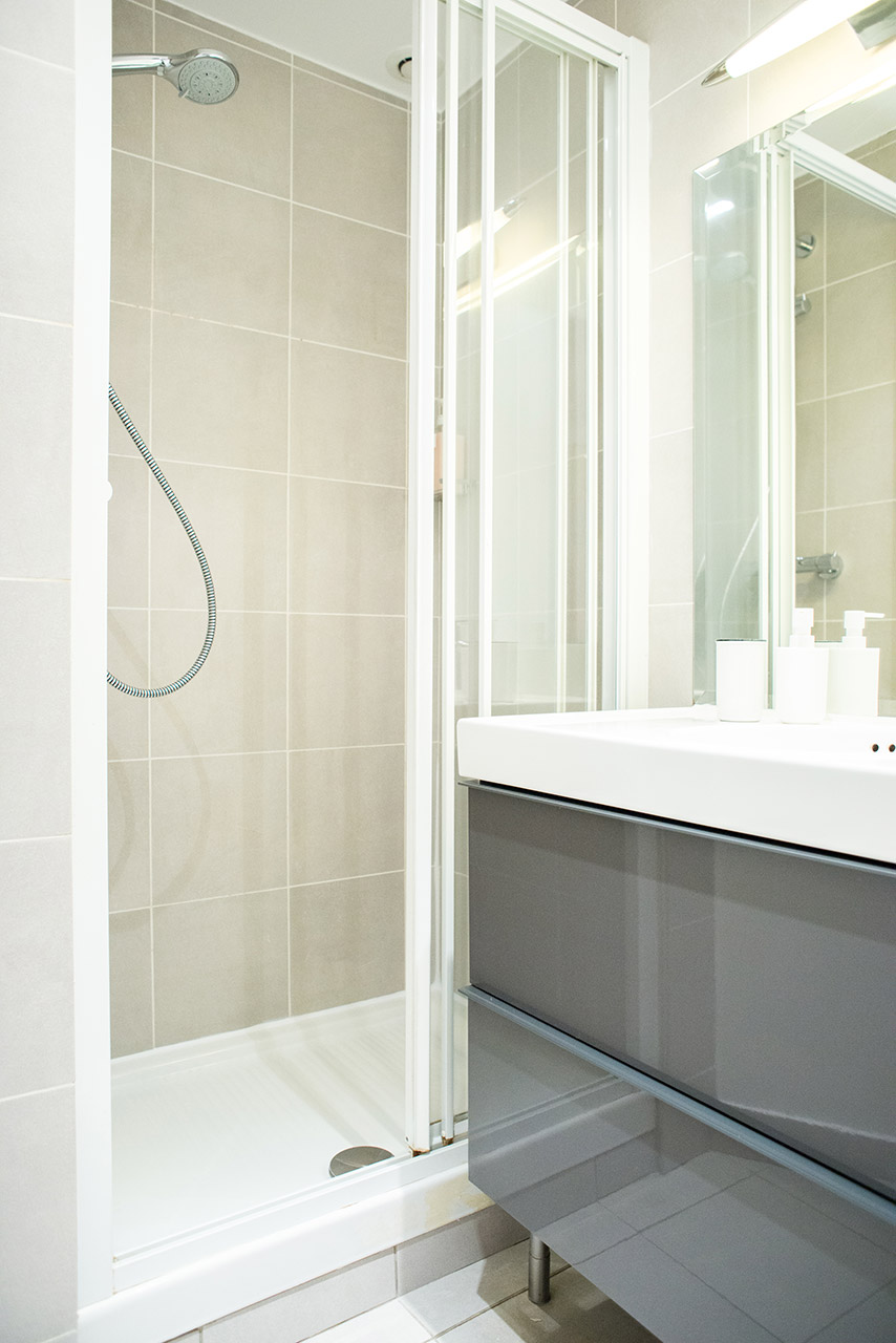 Flexi shower head in bathroom 2 of the Monplaisir vacation rental by Paris Perfect