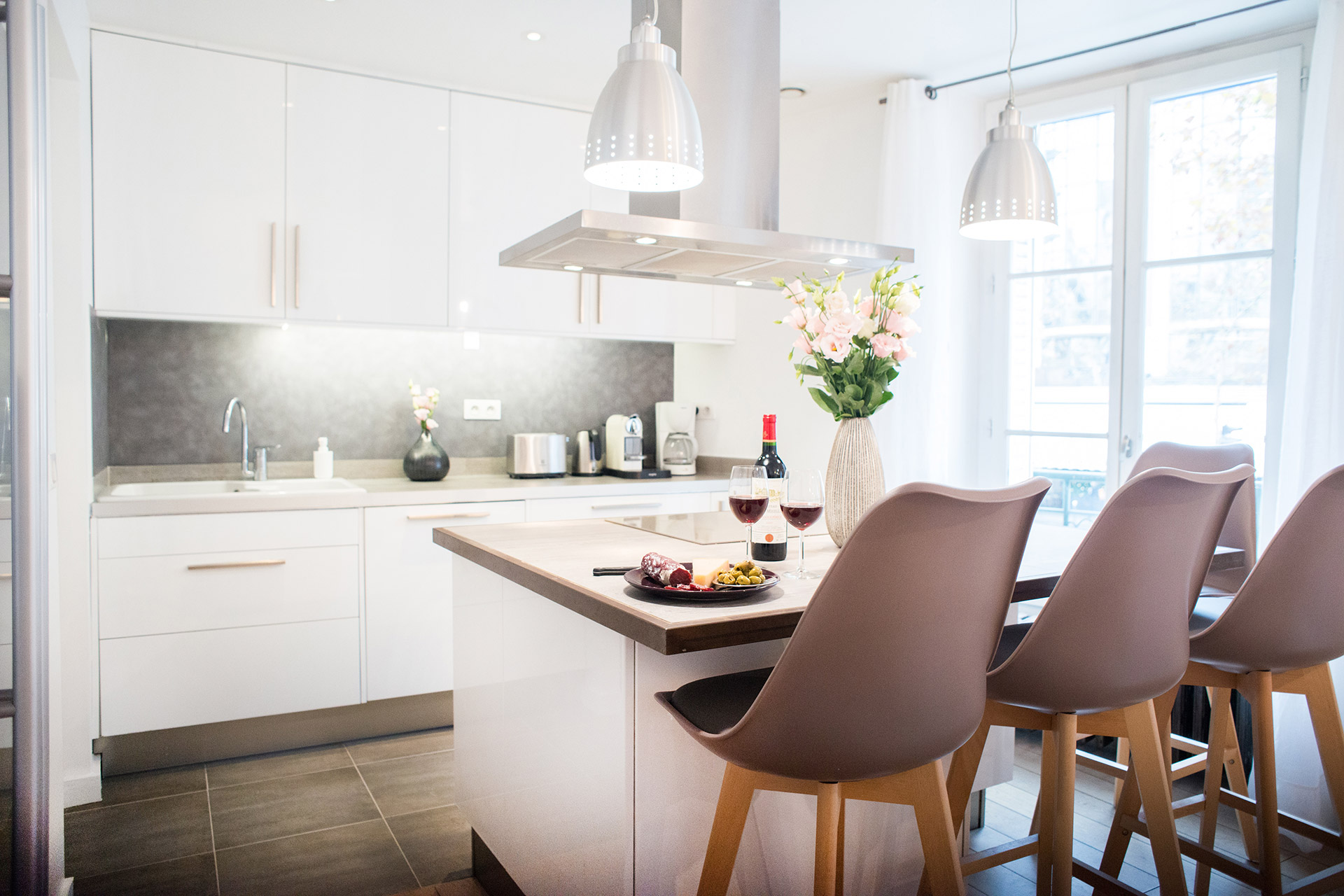 Sunny kitchen of the Monplaisir vacation rental by Paris Perfect