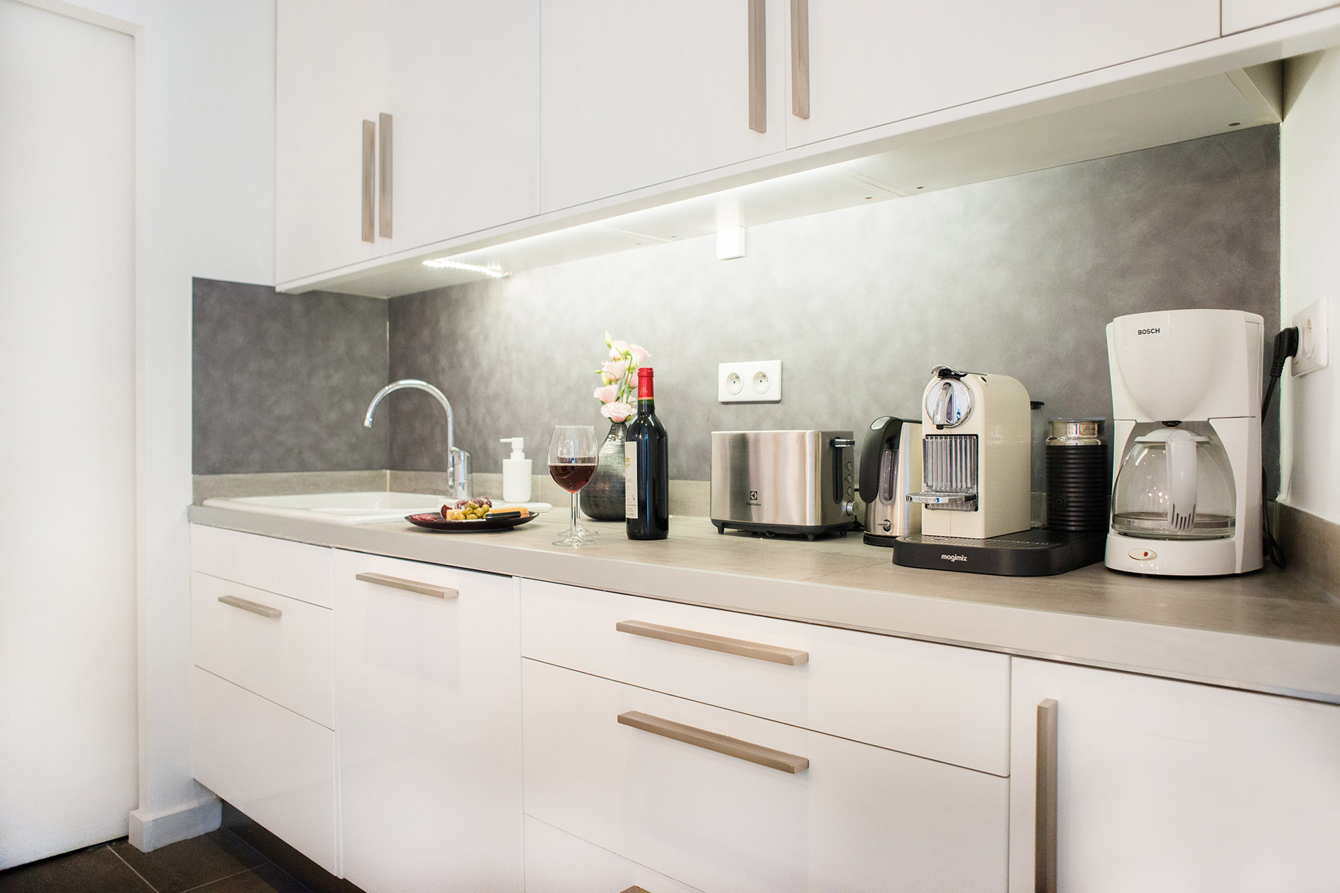 Fully equipped modern kitchen of the Monplaisir vacation rental by Paris Perfect