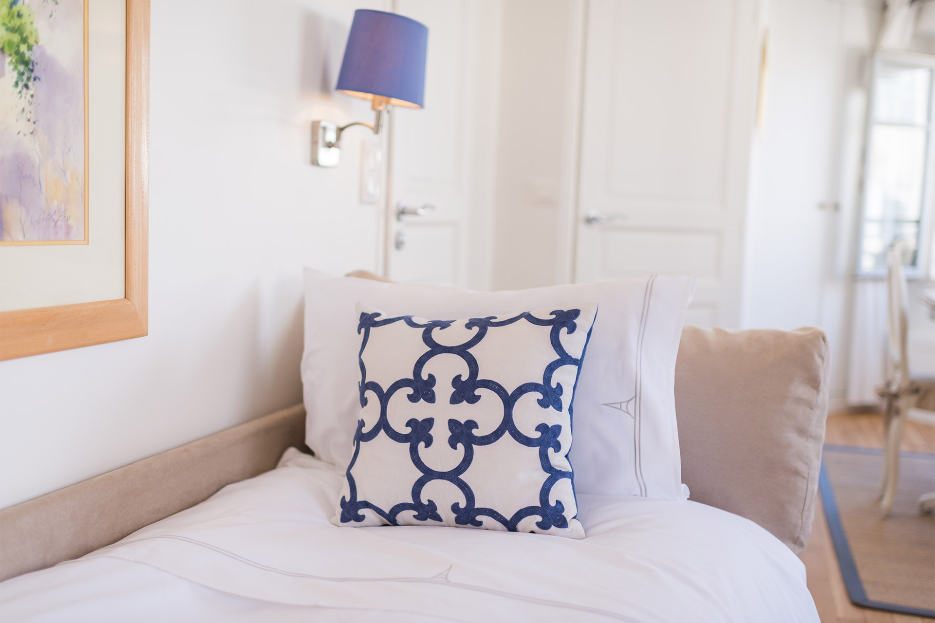 Crisp linens on the sofa bed in the Pomerol vacation rental offered by Paris Perfect