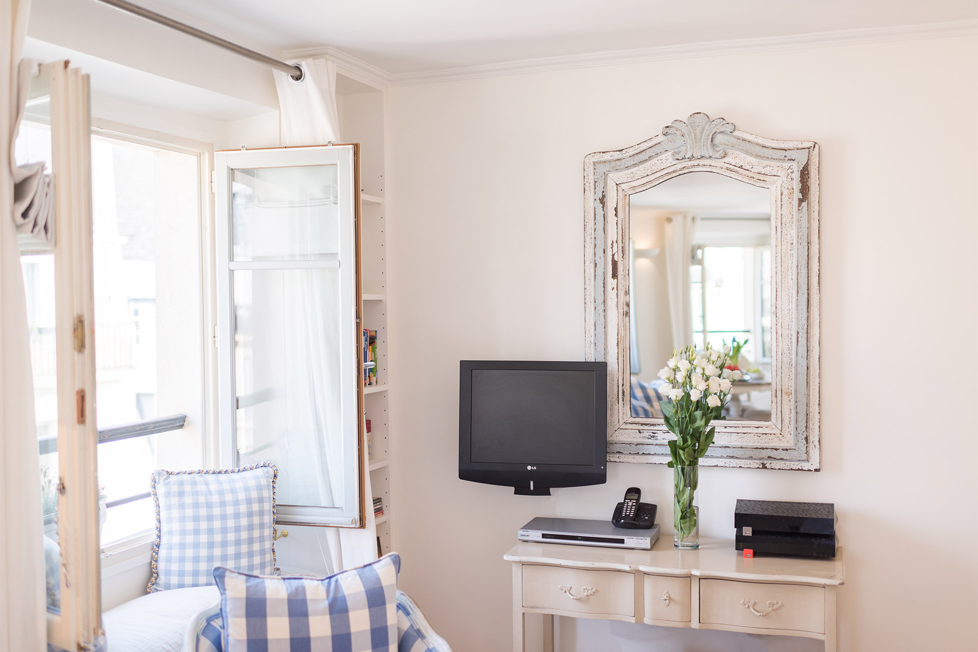 Flat screen TV in the living room of the Pomerol vacation rental offered by Paris Perfect