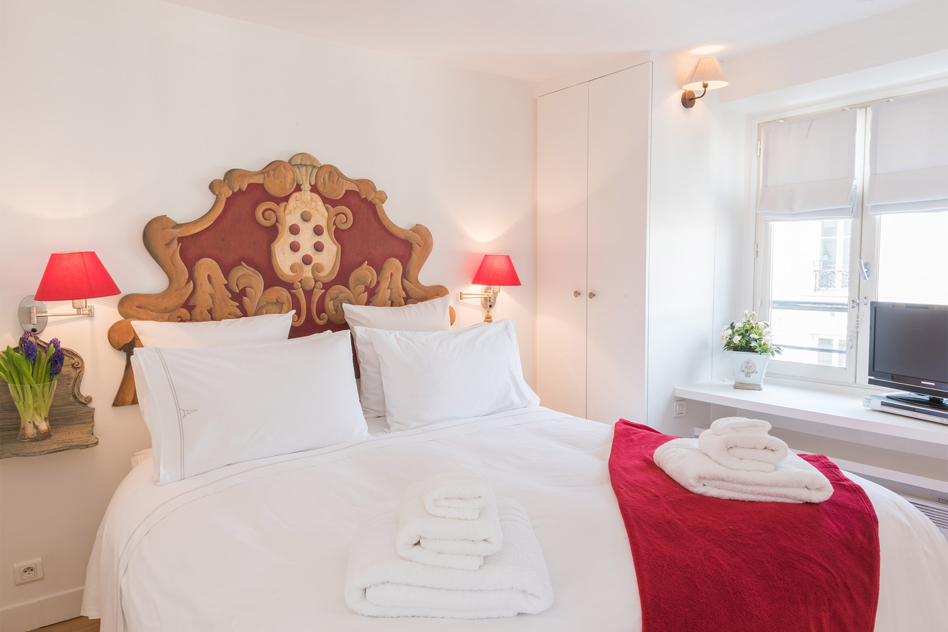 Bedroom of the Pomerol vacation rental offered by Paris Perfect