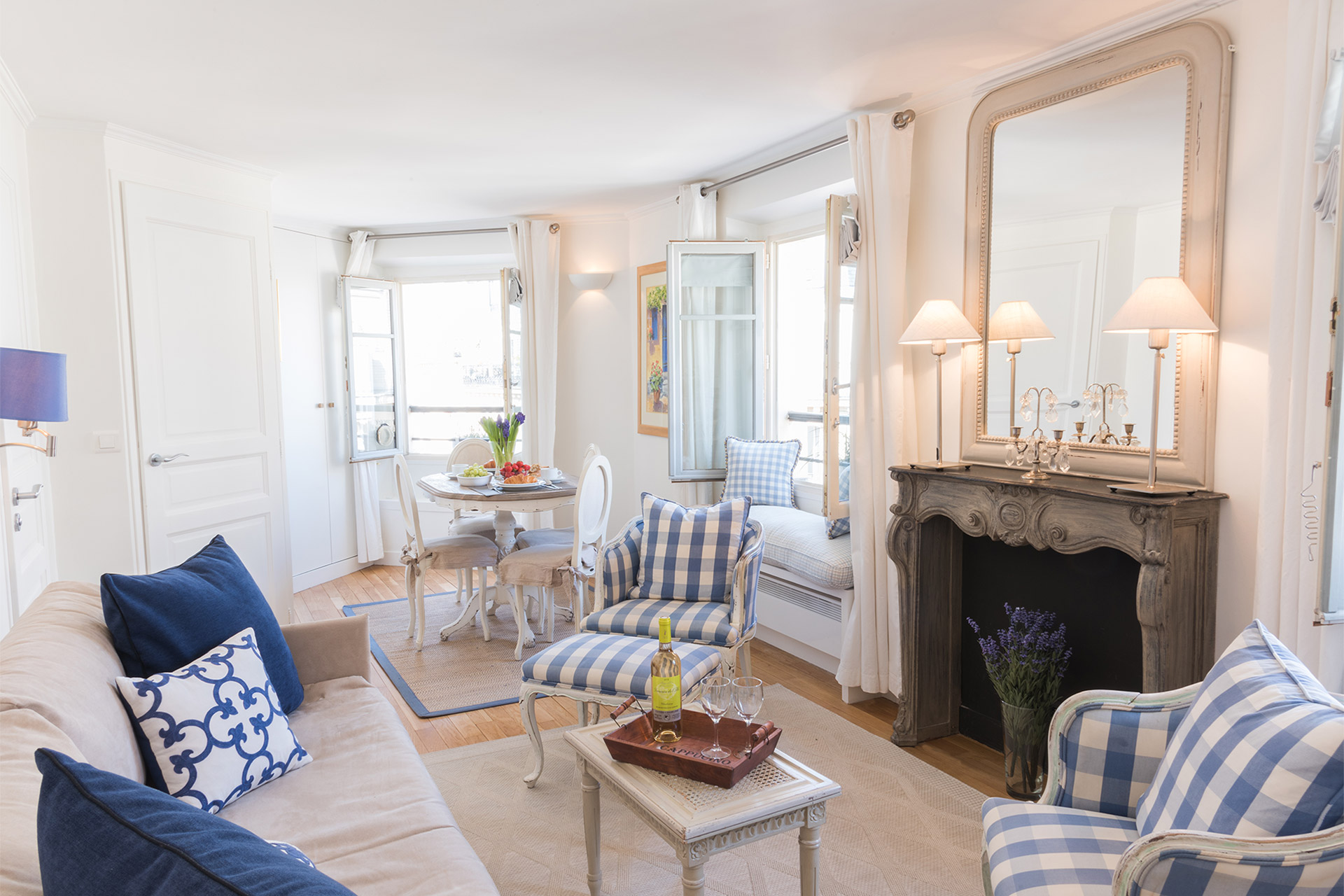 Living room with TV, DVD player, stereo and free internet in the Pomerol vacation rental