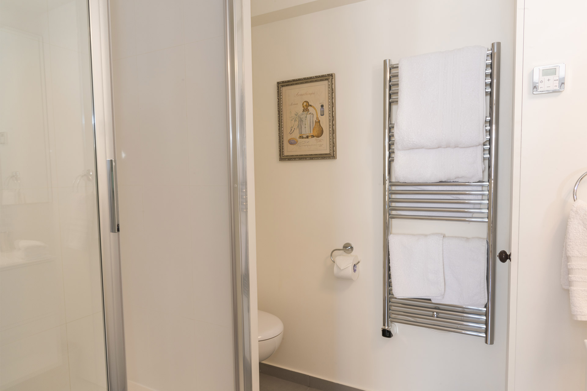 Large shower and toilet in the Pomerol vacation rental offered by Paris Perfect