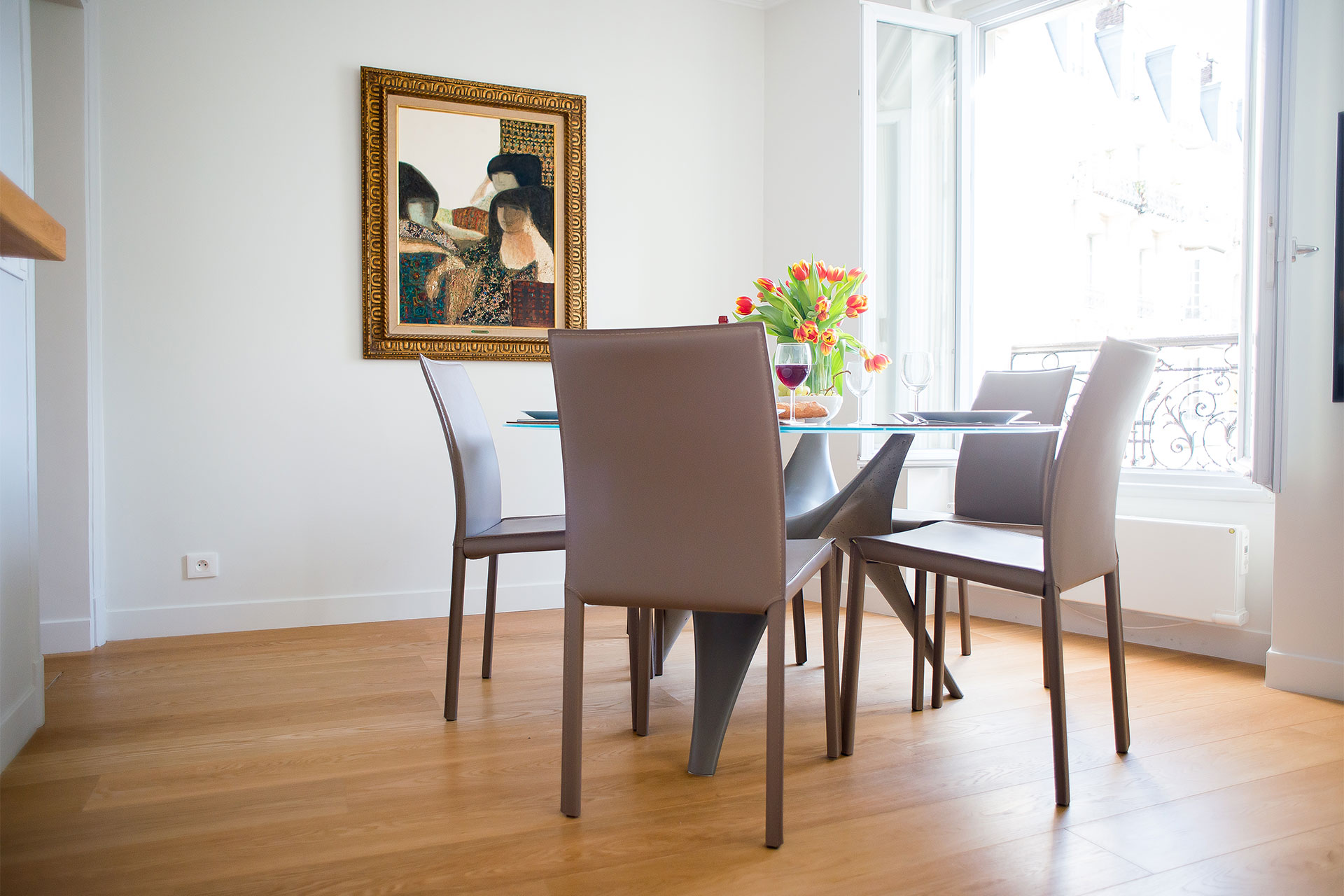 Modern dining table seats 6 people in the Saint-Bris vacation rental