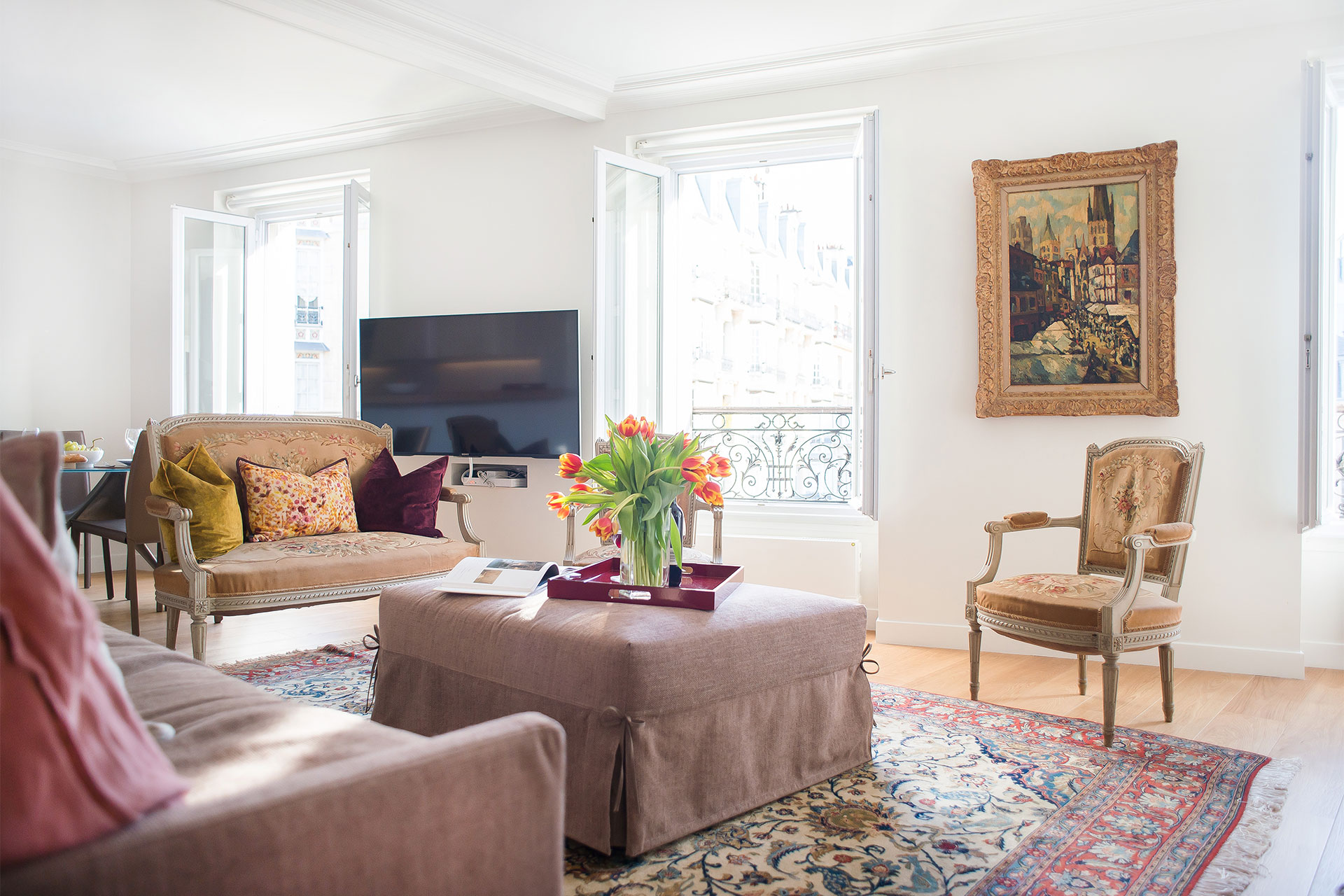 An easy mix of antiques and modern furnishings in the Saint-Bris rental