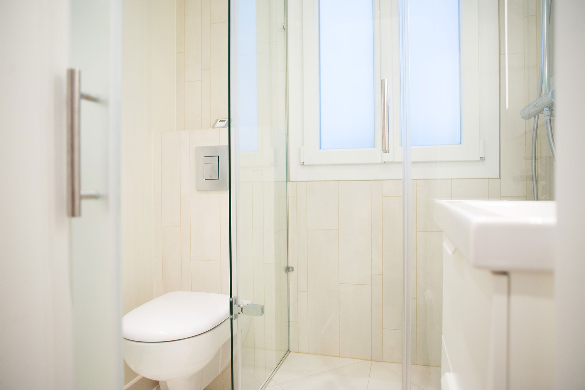 Second bathroom located near the entrance with a shower, sink and toilet at Saint-Bris Paris Perfect rental