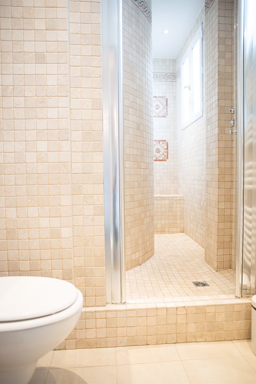 Large walk in shower in the Saint Emilion vacation rental offered by Paris Perfect