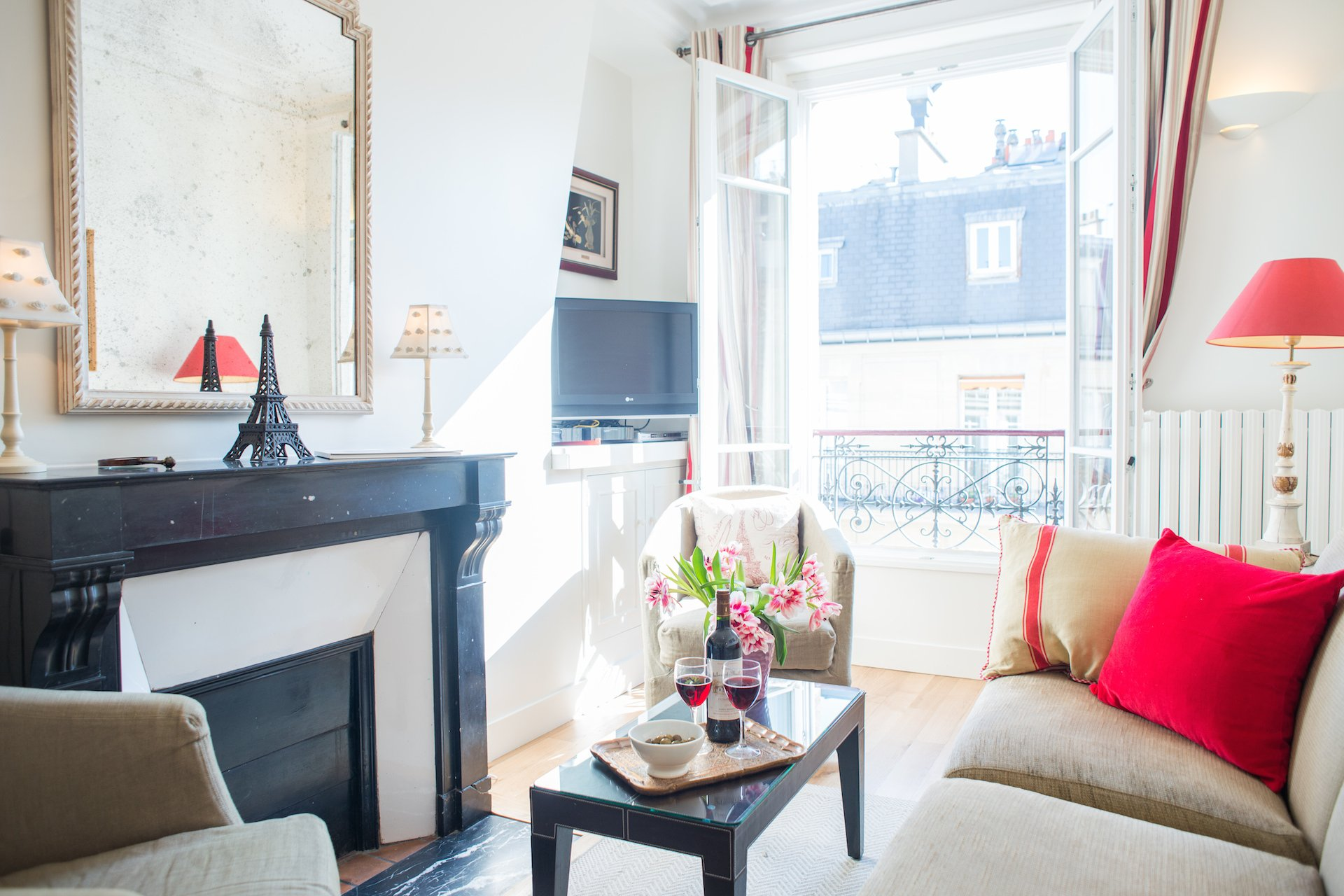 Living room with cable TV in the Vougeot vacation rental offered by Paris Perfect