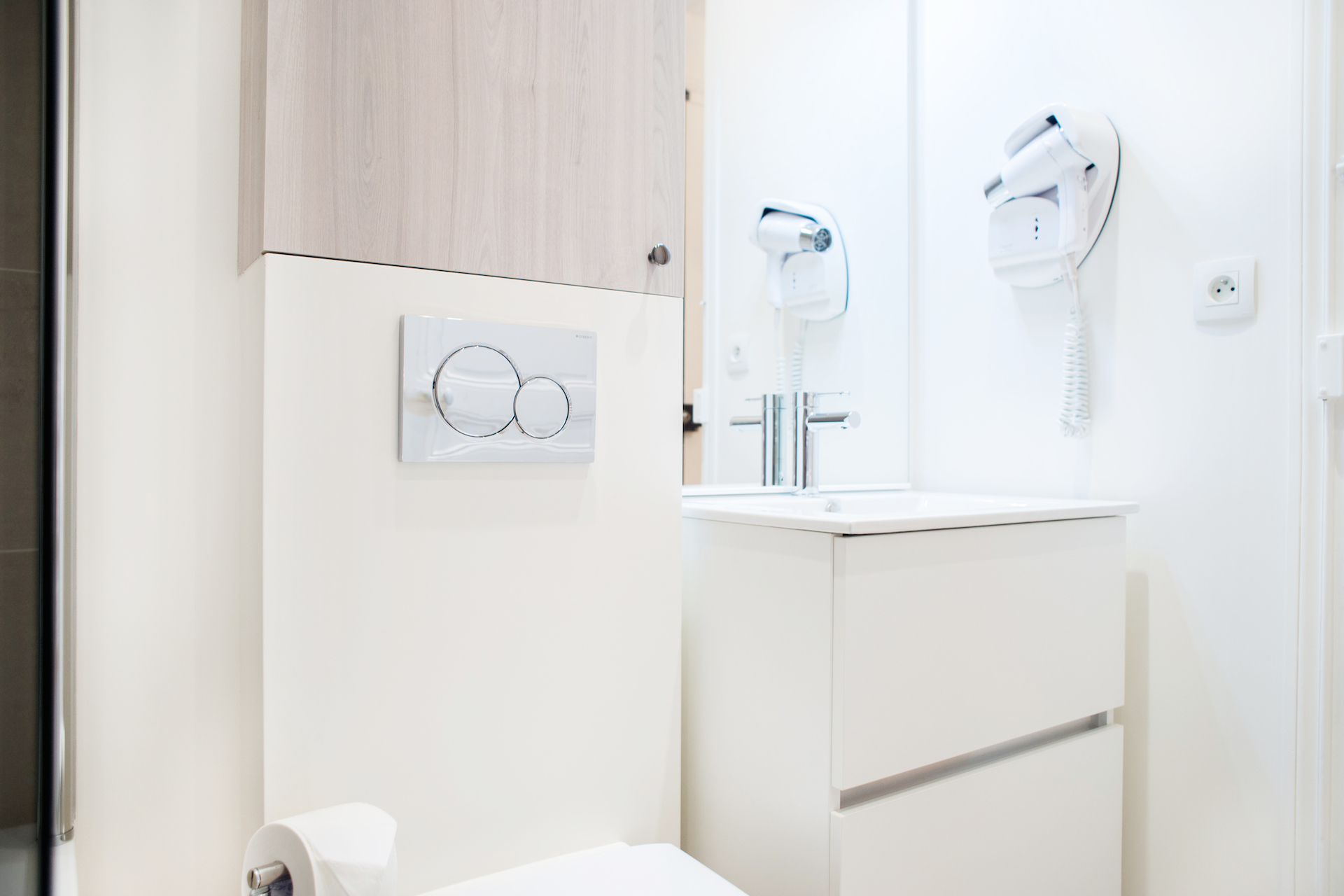 Bathroom amenities in the Vougeot vacation rental offered by Paris Perfect