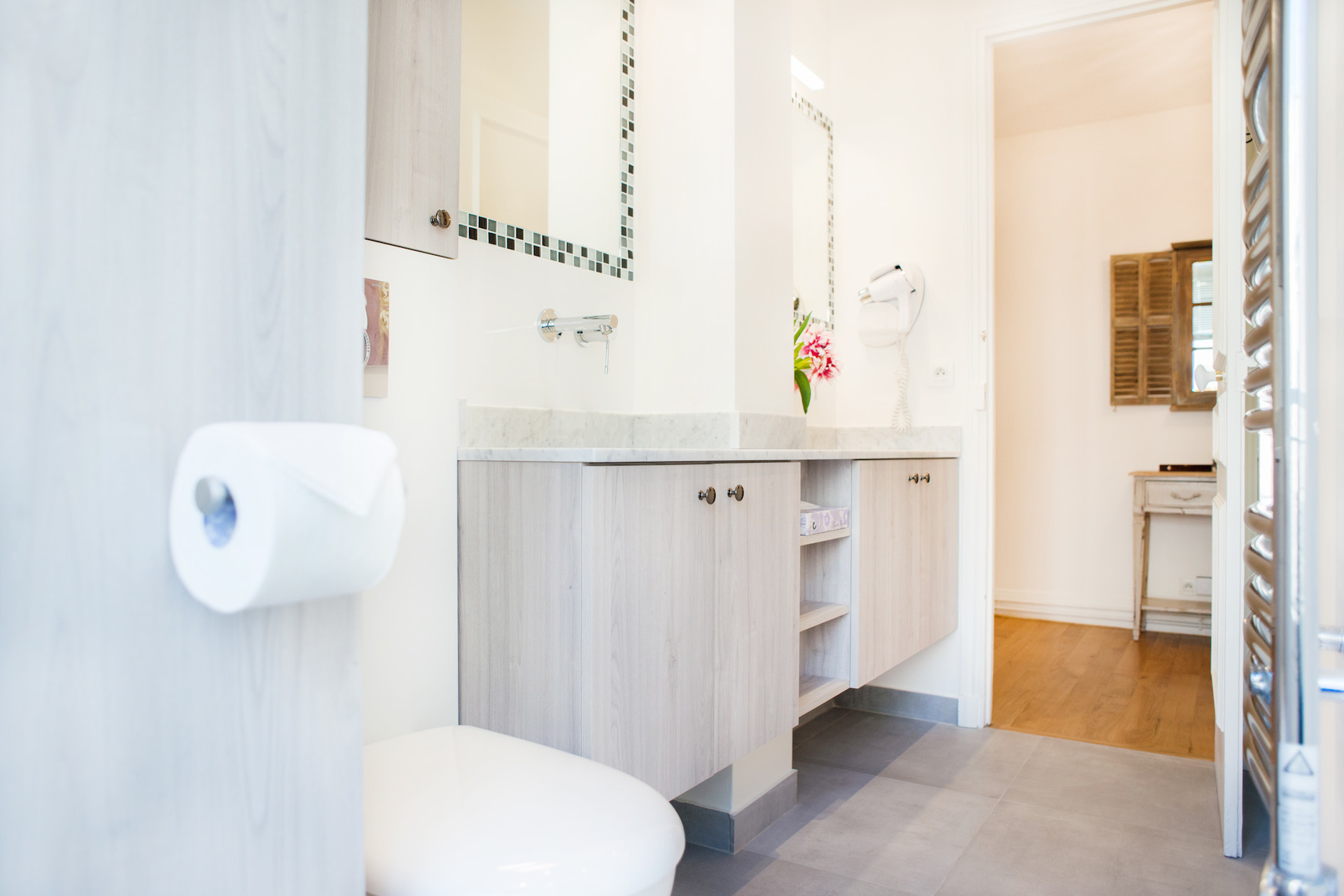 Bathroom with shower, dual sinks and toilet in the Vougeot vacation rental offered by Paris Perfect