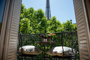 Luxury 3 Bedroom Apartment with Eiffel View, Balcony & Wifi